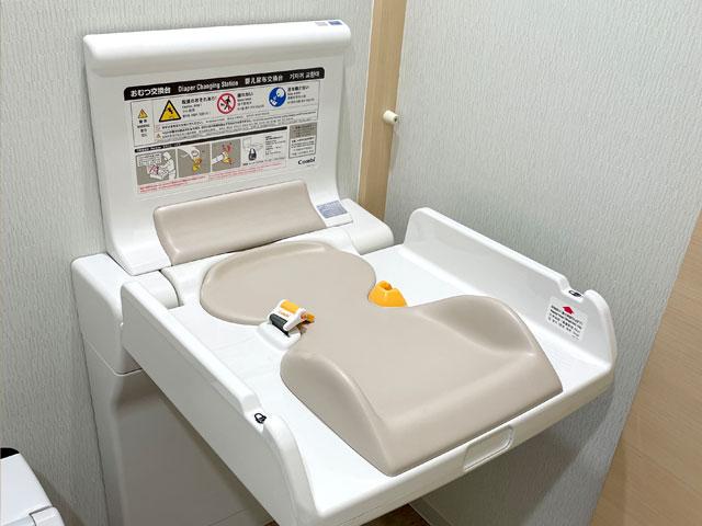 おむつ換え台(お手洗いに設置されています)